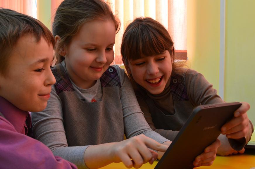 Дети занимаются на планшете